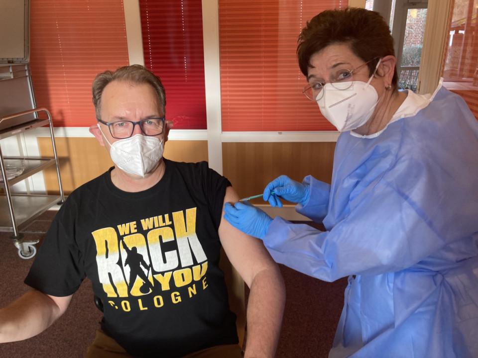 Rainer Bensch MdBB, hier beim Impfen